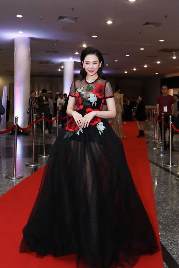 Hari Won ngày càng chăm diện trang phục khoe vòng 1 khủng và đây là 10 bộ váy sexy nhất của cô