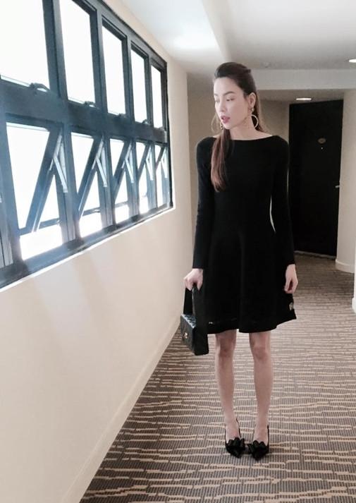 Hà Hồ lộ chân khẳng khiu đáng báo động trong ảnh tình cảm cùng Kim Lý