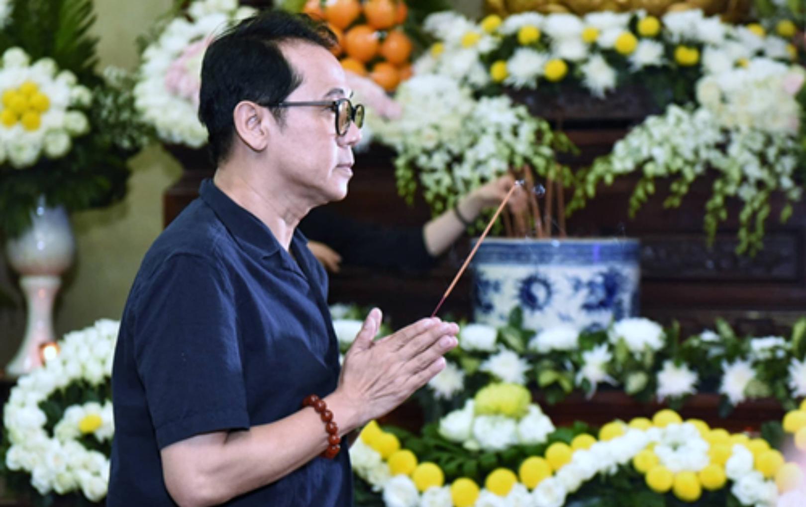Đồng nghiệp, bạn bè lặng người tiễn đưa nghệ sĩ Anh Vũ