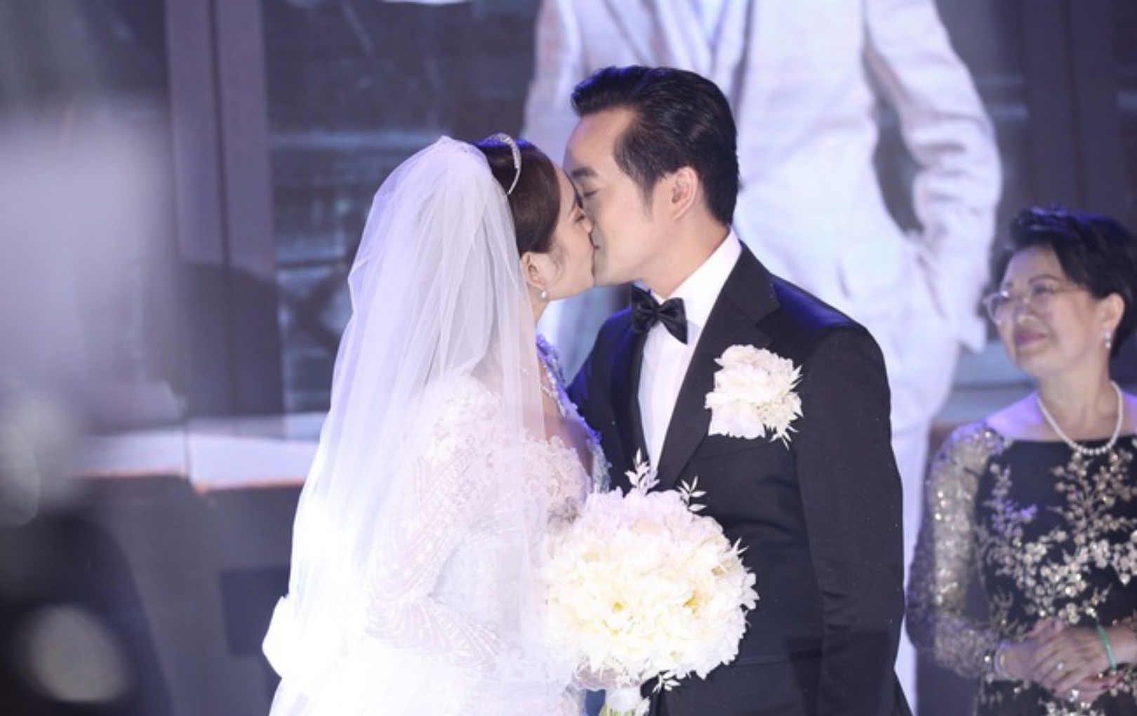 Dương Khắc Linh - Ngọc Duyên khoá môi nhau ngọt ngào, Thu Minh hát lại hit cũ dành tặng cặp đôi trong lễ cưới