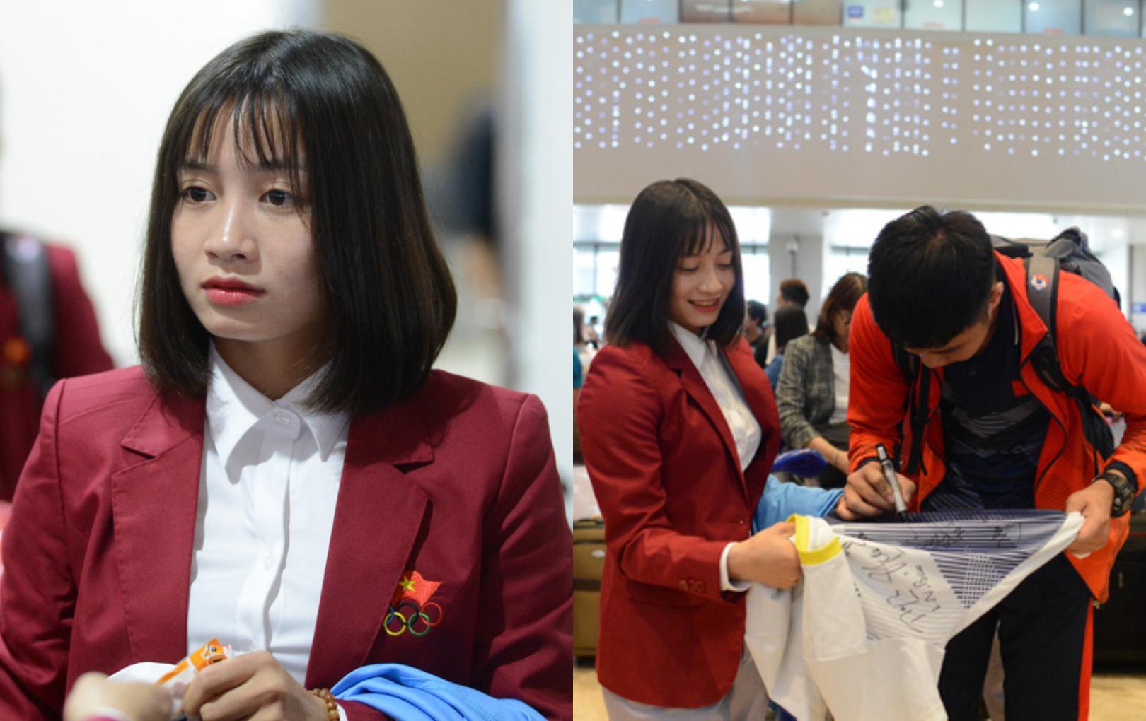 Hot girl đội bóng đá nữ Hoàng Thị Loan hóa fan girl, tất bật cầm áo xin chữ ký cả đội U22 Việt Nam