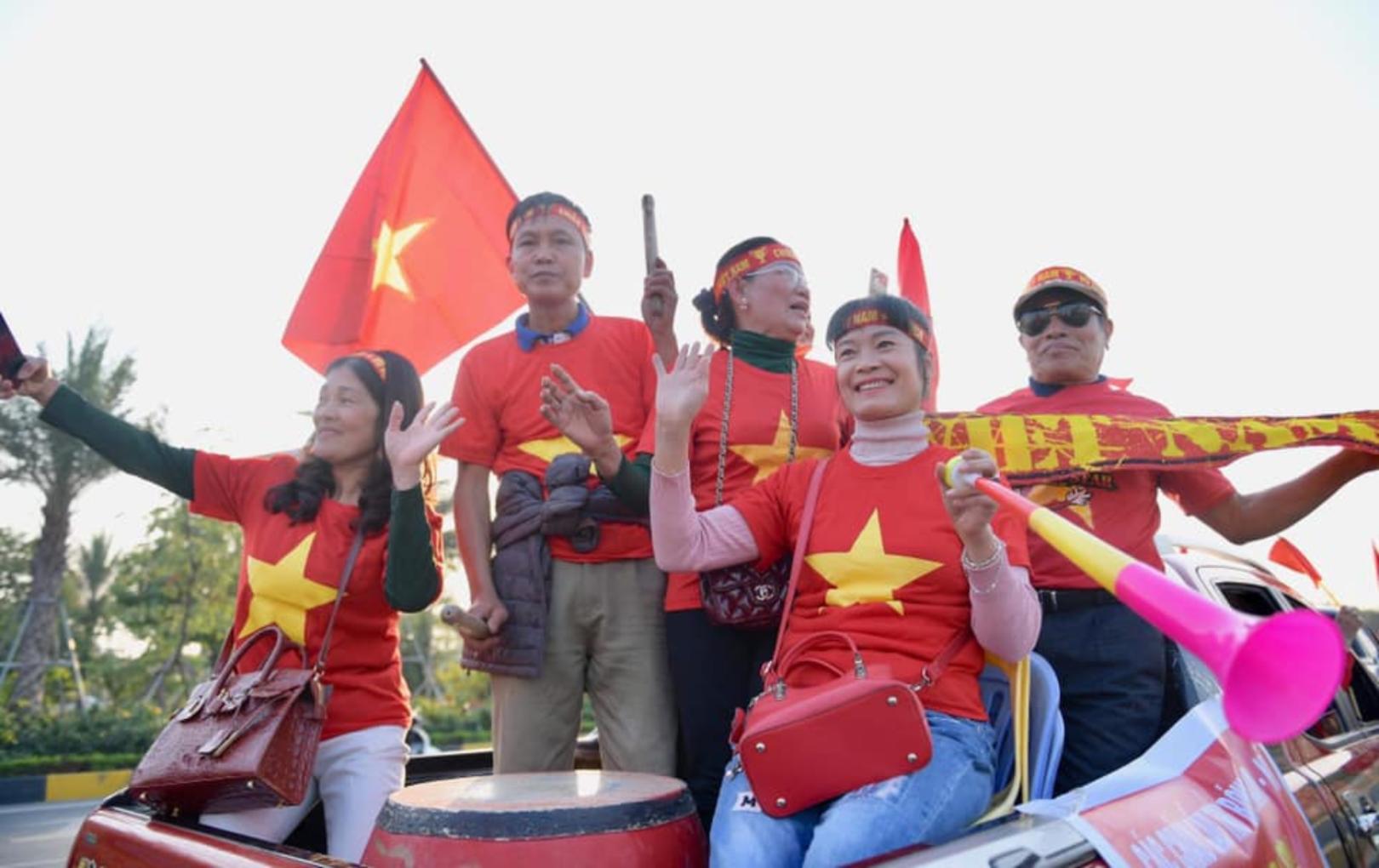 Hàng nghìn người hâm mộ đứng chờ ở sân bay Nội Bài, hân hoan đón những người hùng trở về