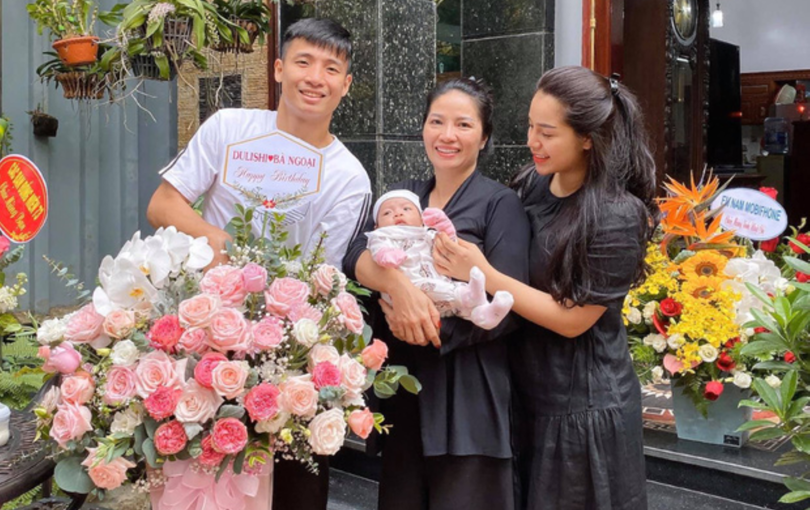 """Bùi Tiến Dũng đích thị là """"rể nhà người ta"""": Đến tận nhà tặng hoa, chúc mừng sinh nhật mẹ vợ cực tình cảm"""
