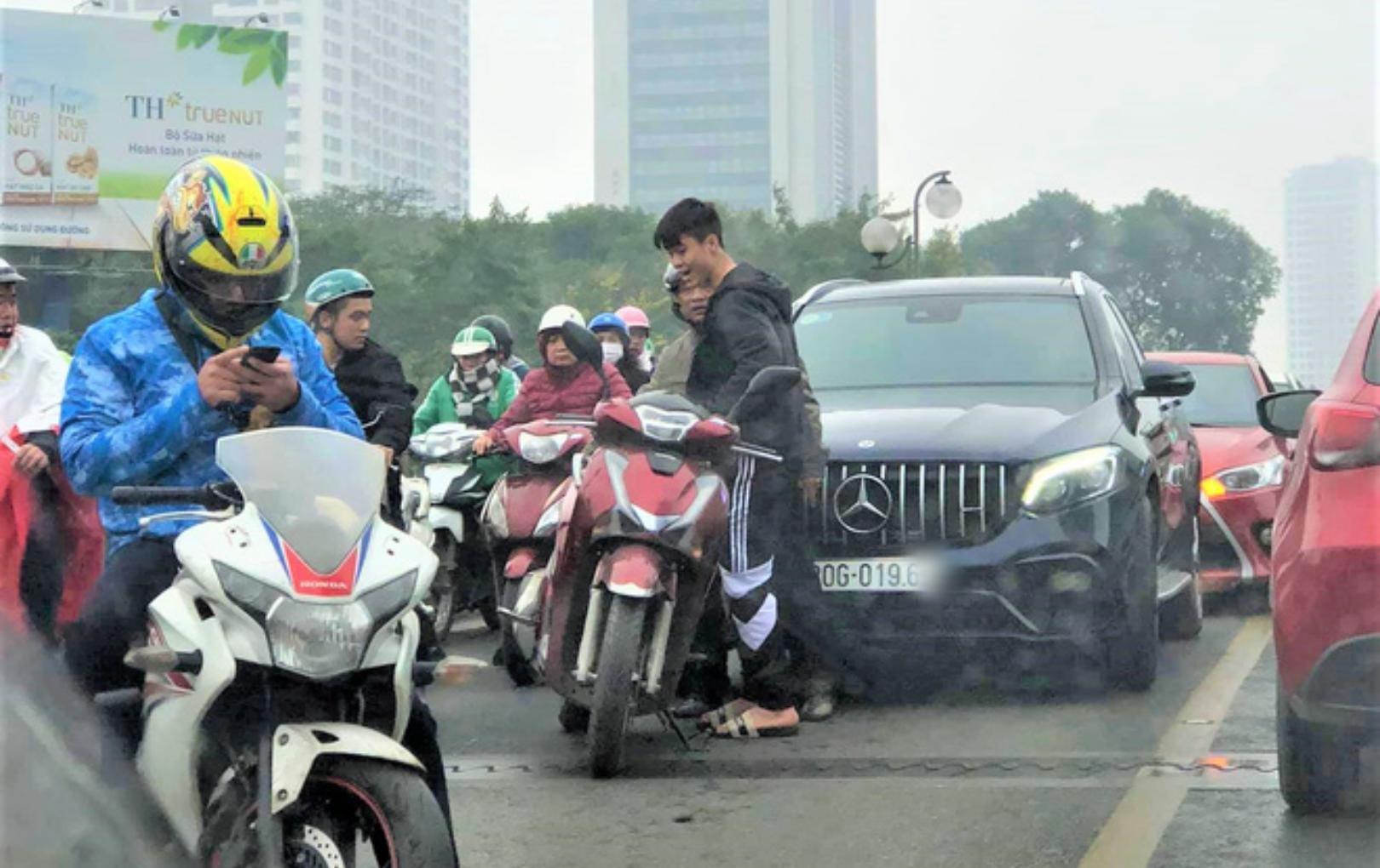 Xế hộp tiền tỷ của Duy Mạnh - Quỳnh Anh xảy ra va chạm với xe máy tại Hà Nội