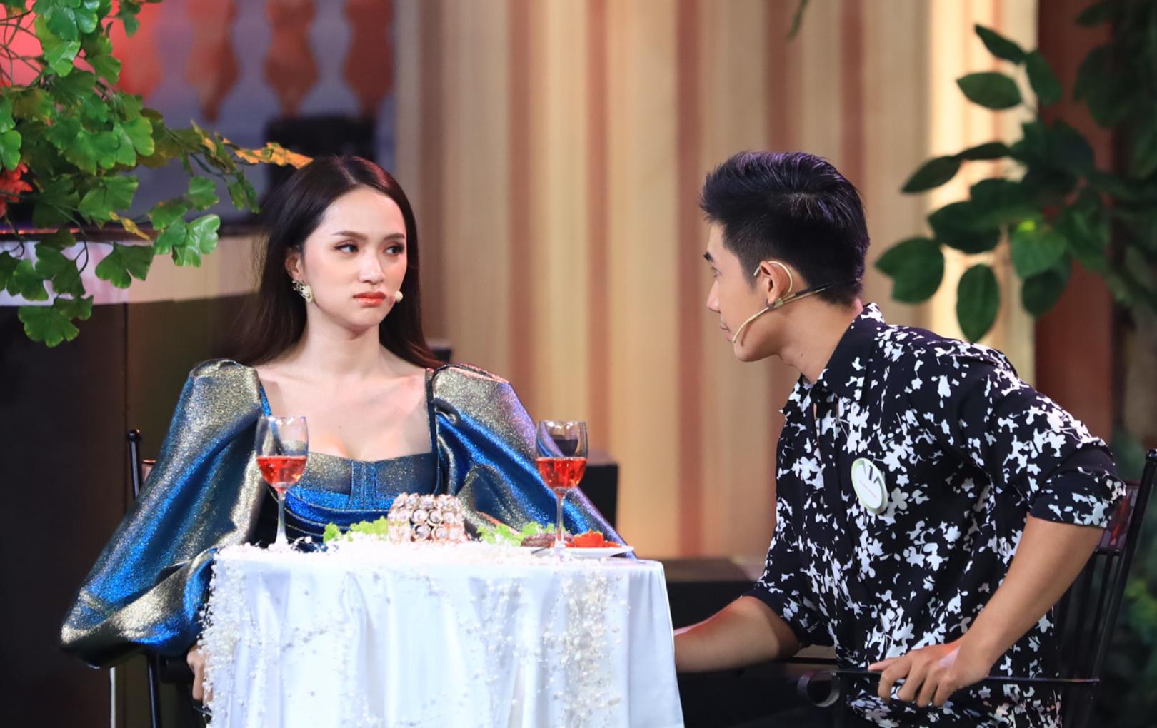 """Hương Giang thẹn thùng khi được học trò cũ """"tỏ tình"""" trên sân khấu"""