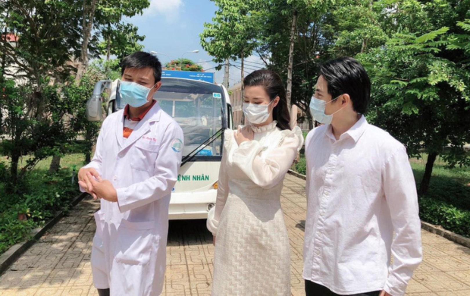 Dù đang mang bầu, Đông Nhi vẫn cùng Ông Cao Thắng đến thăm bệnh viện dã chiến Củ Chi