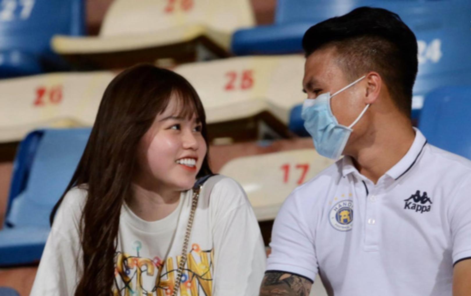 Quang Hải - Huỳnh Anh vui vẻ sánh đôi trên khán đài sân Hàng Đẫy, trao nhau ánh mắt ngọt ngào
