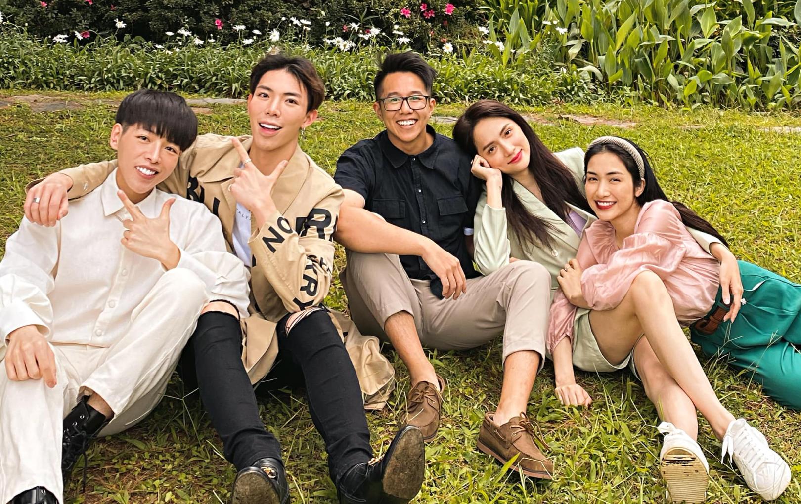 """Đức Phúc tung ảnh Hương Giang - Matt Liu đi Đà Lạt cùng nhà """"Hoa dâm bụt"""": Trông hạnh phúc như một gia đình"""