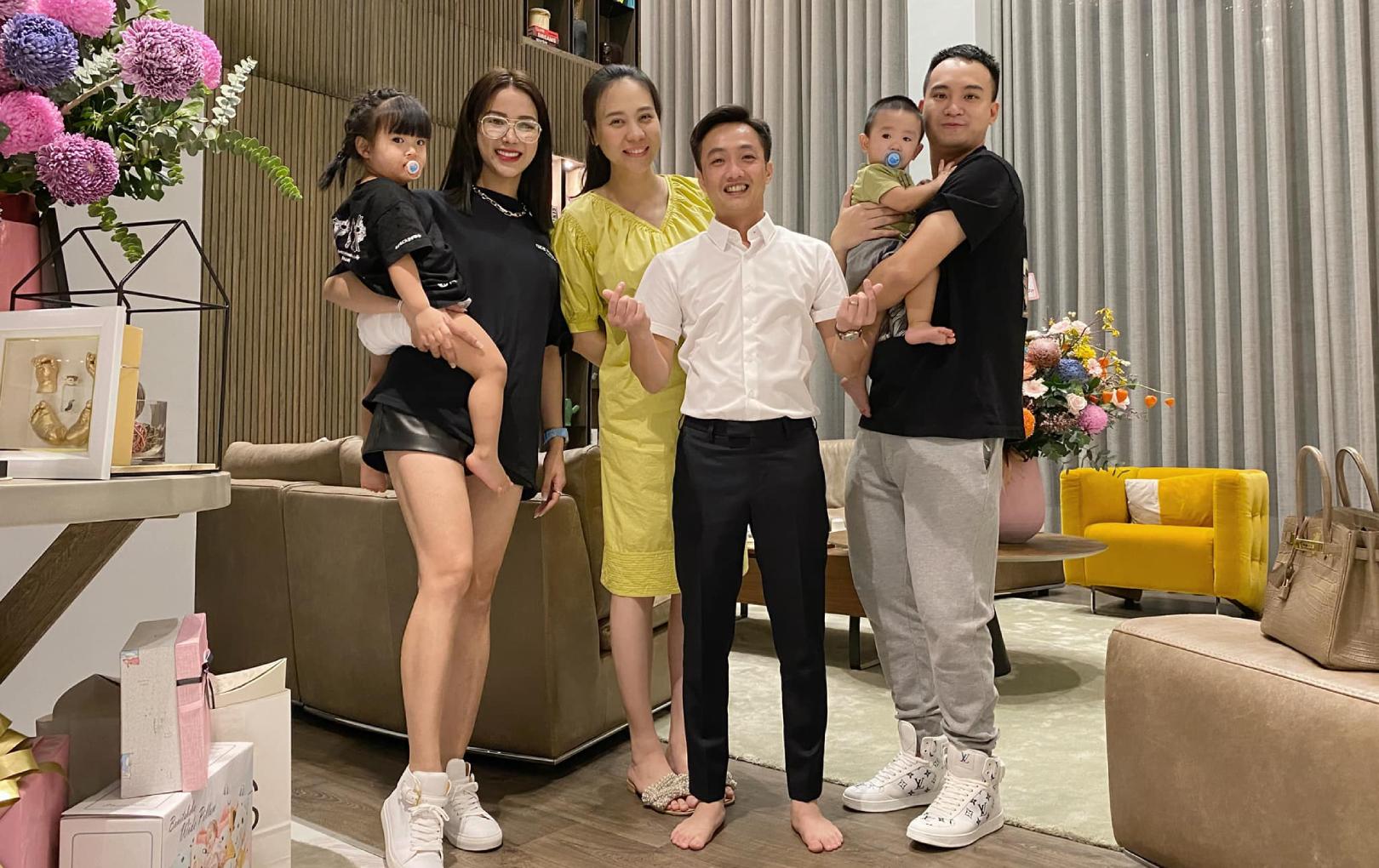 """Đàm Thu Trang - Diệp Lâm Anh hội ngộ trong tiệc đầy tháng bé Suchin, nhan sắc """"mẹ bỉm"""" đỉnh cao chiếm spotlight"""