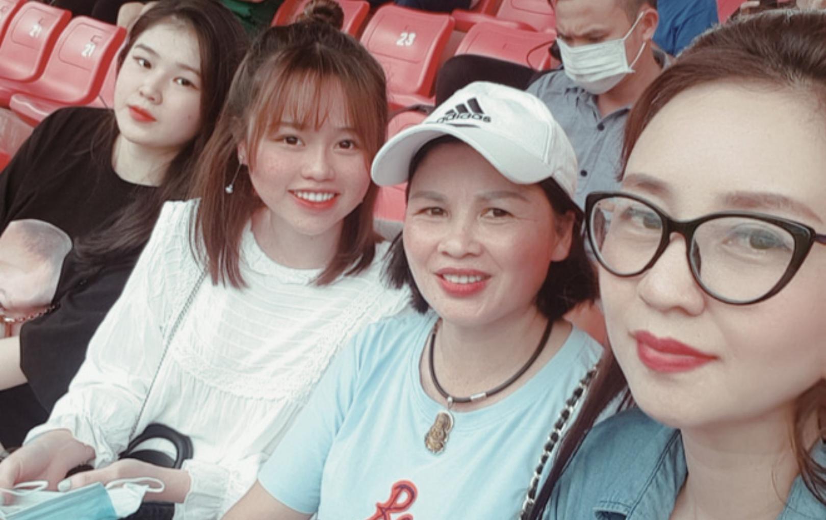 Huỳnh Anh thân thiết cùng mẹ ruột và mẹ nuôi Quang Hải trên khán đài