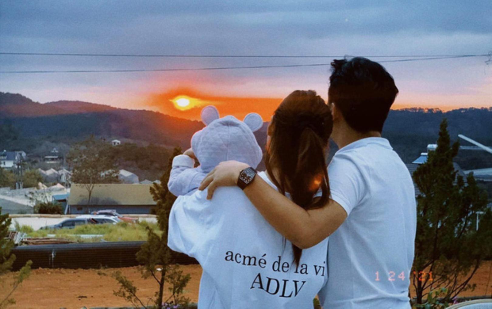 Khoảnh khắc bình yên của gia đình Trường Giang - Nhã Phương gây sốt: Đơn giản mà đẹp như phim