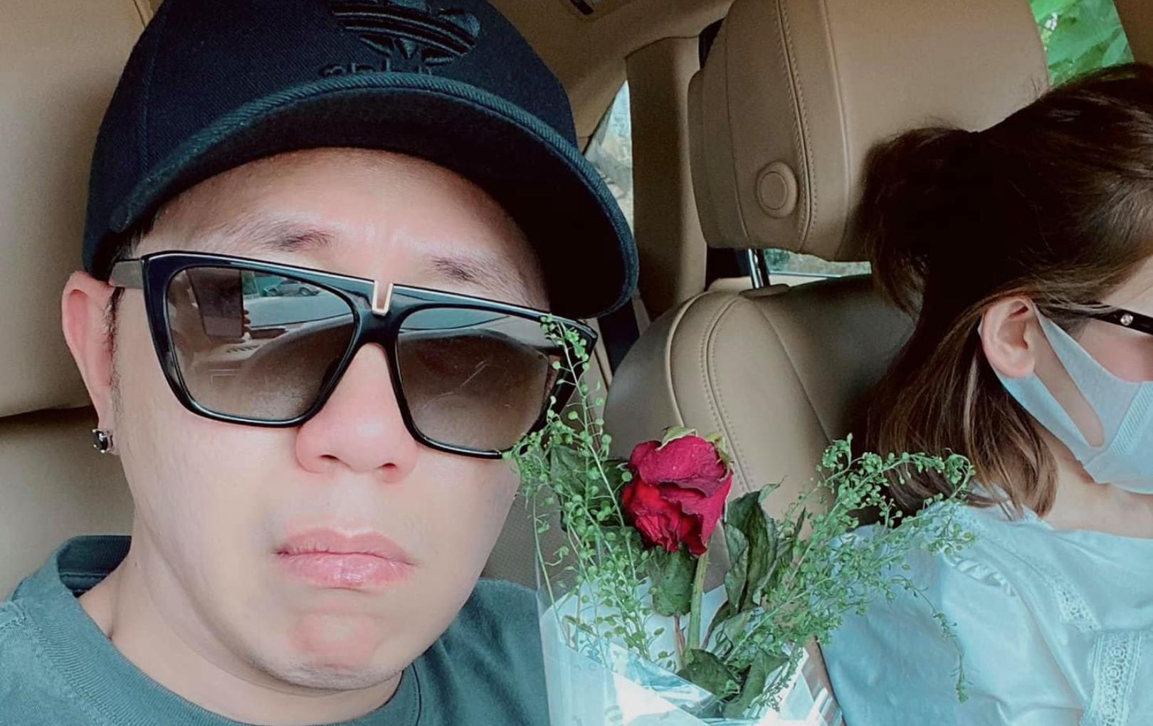 Anh Đức khoe ảnh lãng mạn bên bạn gái nhân ngày 8/3, tiết lộ sự cố dở khóc dở cười khi tặng hoa cho nàng
