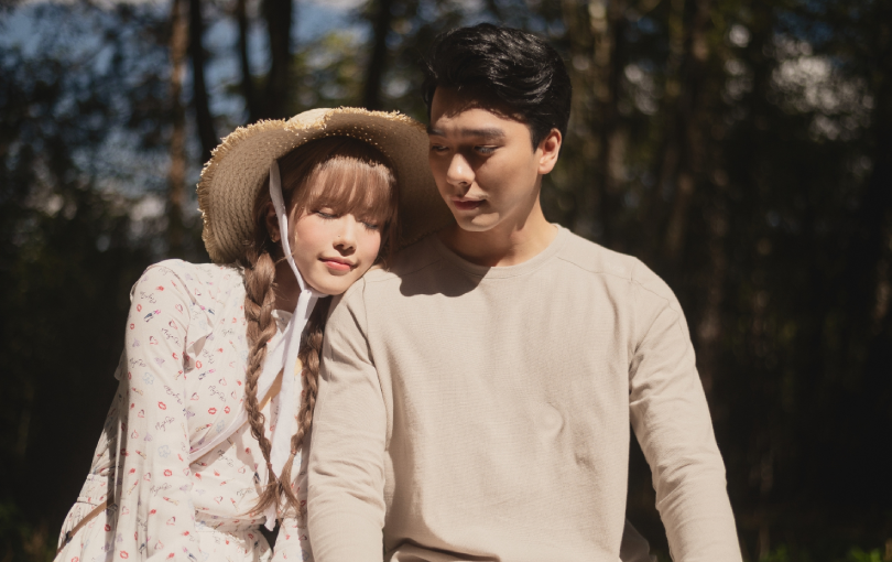 """Loạt ảnh hậu trường tình tứ của Thiều Bảo Trâm và bạn diễn Hải Nam trong MV """"Love Rosie"""" chưa công bố"""