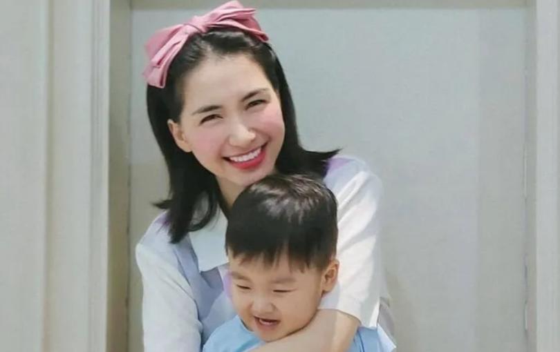 Quý tử nhà Hòa Minzy 'đốn tim' dân mạng khi động viên bác lao công trong mùa dịch