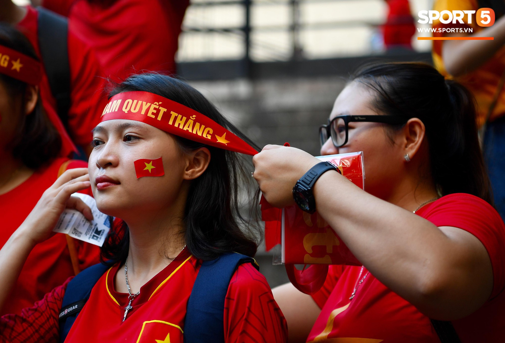 Hoàng thượng Hàn Quốc ghé cỗ vũ đội tuyển, fangirl Việt Nam chu đáo chăm sóc