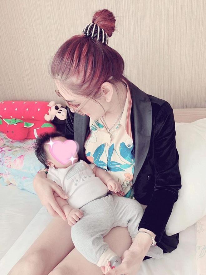 Mừng 1 năm ngày cưới, Lâm Khánh Chi công khai hình ảnh của con trai đầu lòng.