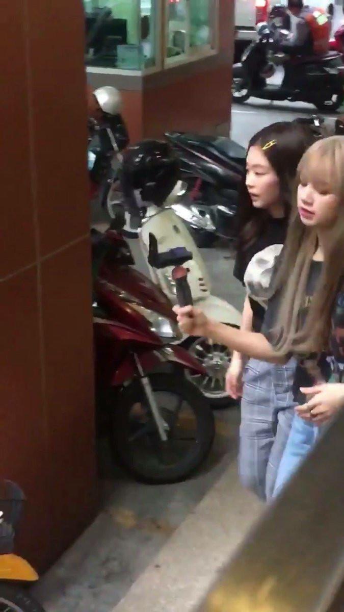 Tình hơn cả với người yêu, Jennie khoác vai Lisa dạo phố tại Thái Lan