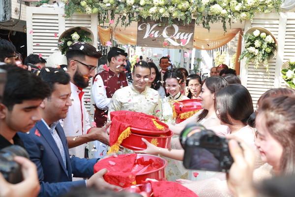 Võ Hạ Trâm làm dâu Ấn Độ, đám cưới đeo vàng nặng trĩu khiến các chị em ghen tị