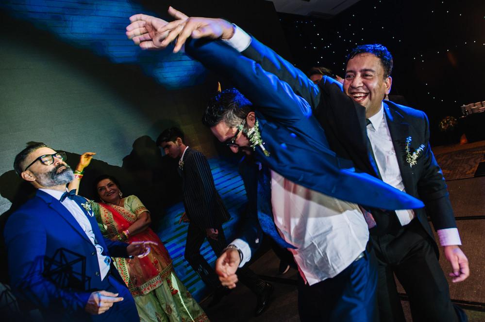 Hết hát tiếng Ấn, Võ Hạ Trâm khoe mình dẻo dai trong tiết mục múa Ấn Độ tặng gia đình chồng