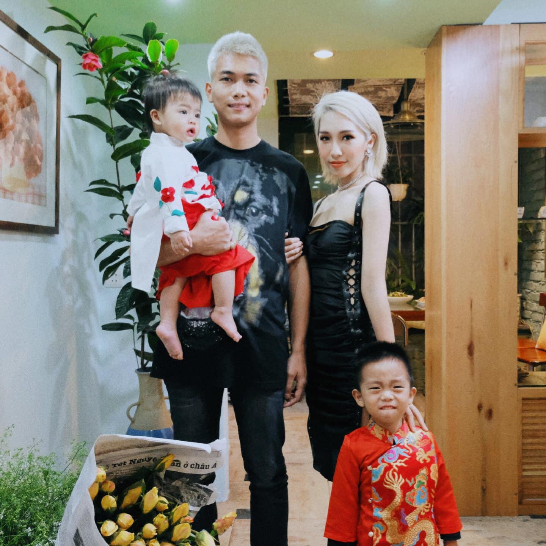 Đúng mùng 1 Tết, Big Daddy và Emily bất ngờ công khai hình ảnh đã là gia đình với 2 nhóc tỳ đáng yêu