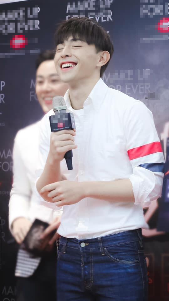 Đâu chỉ giới trẻ Việt, người nổi tiếng cũng mê chiếc áo quốc dân, G-Dragon còn mặc từ 2015