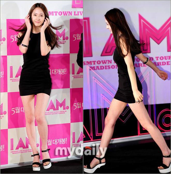 Cùng tham dự sự kiện thời trang, 2 nữ hoàng nhan sắc Yoona - Krystal lộ khuyết điểm... khiến fan xót xa thế này
