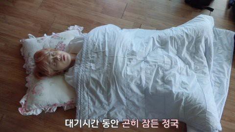Chụp lén ảnh em út Jungkook khi đang ngủ là sở thích của các anh nhà BTS