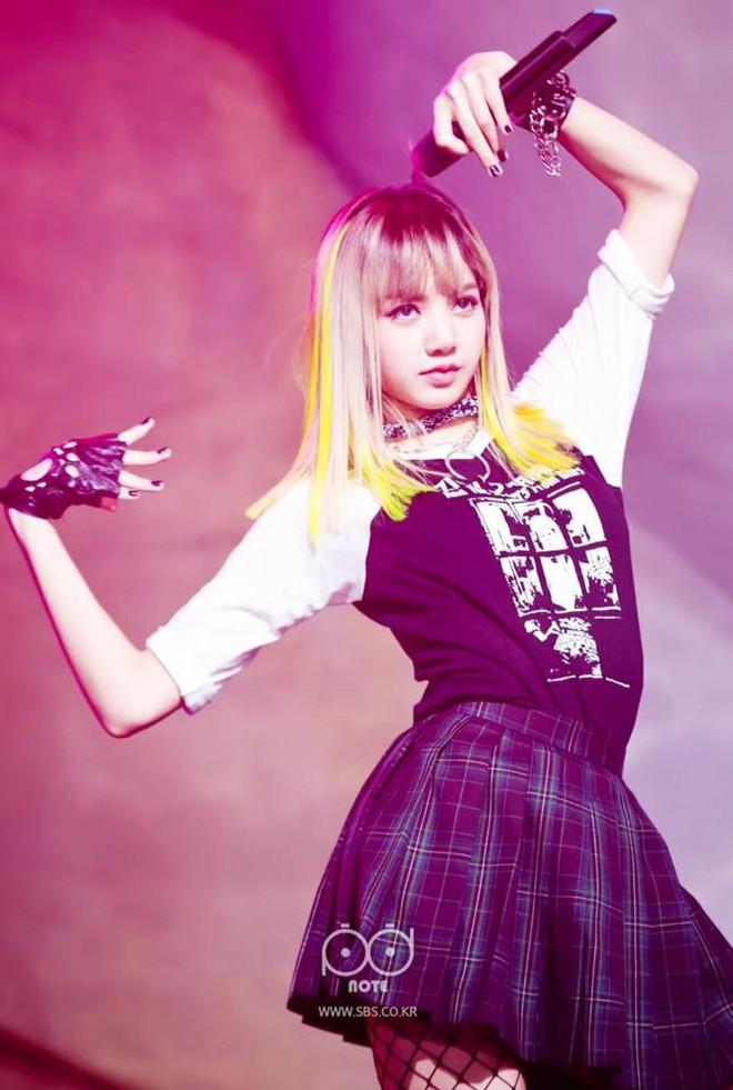 Cô gái vàng trong làng tẩy tóc là Lisa chứ không phải ai khác