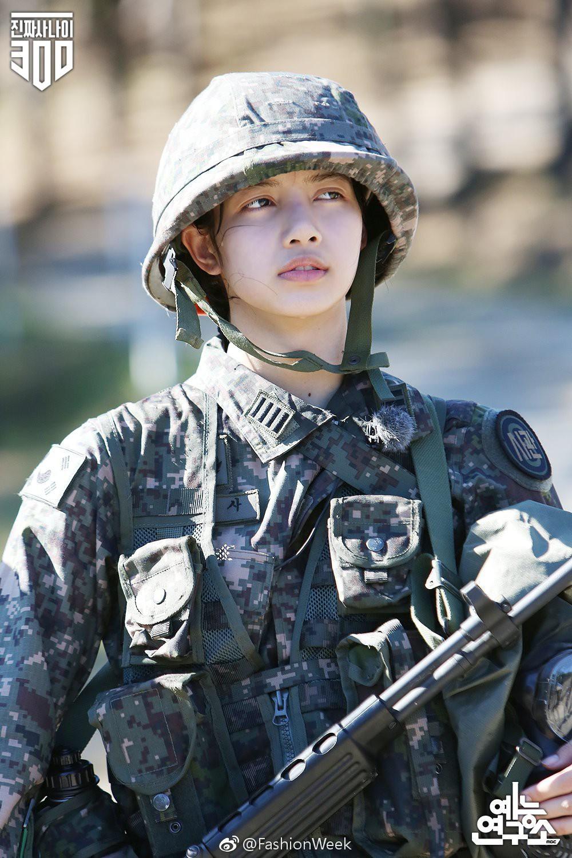 Dân Hàn chê Lisa (Black Pink) thô kệch, netizen Trung khen lấy khen để mặt mộc cực xinh của cô nàng