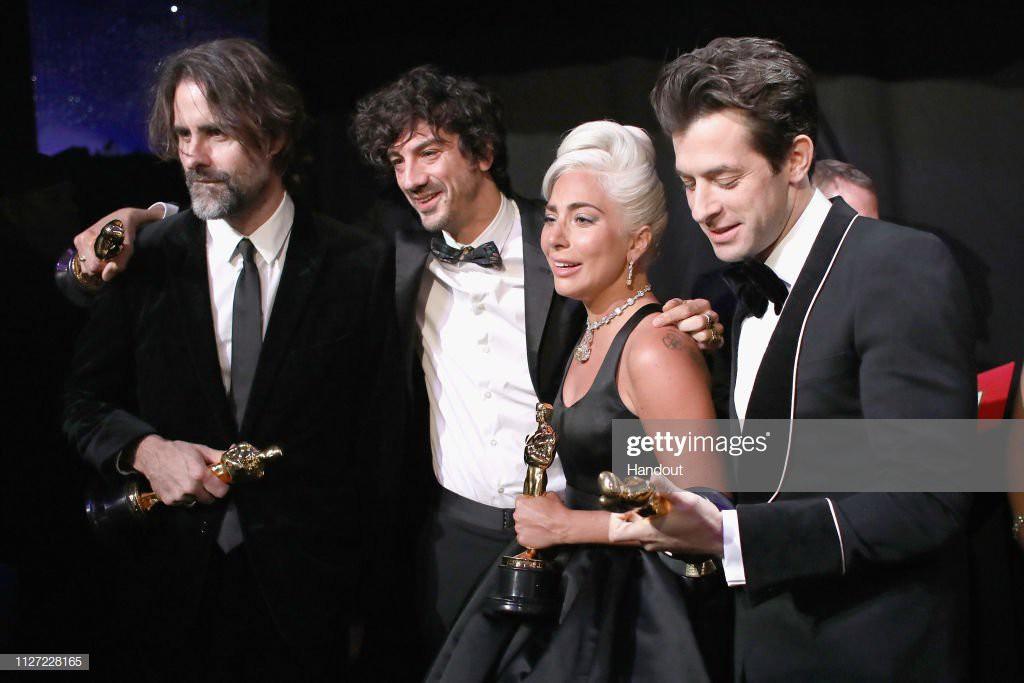 Lady Gaga òa khóc nức nở trong hậu trường, nắm chặt tượng vàng Oscar đầu tiên trong sự nghiệp