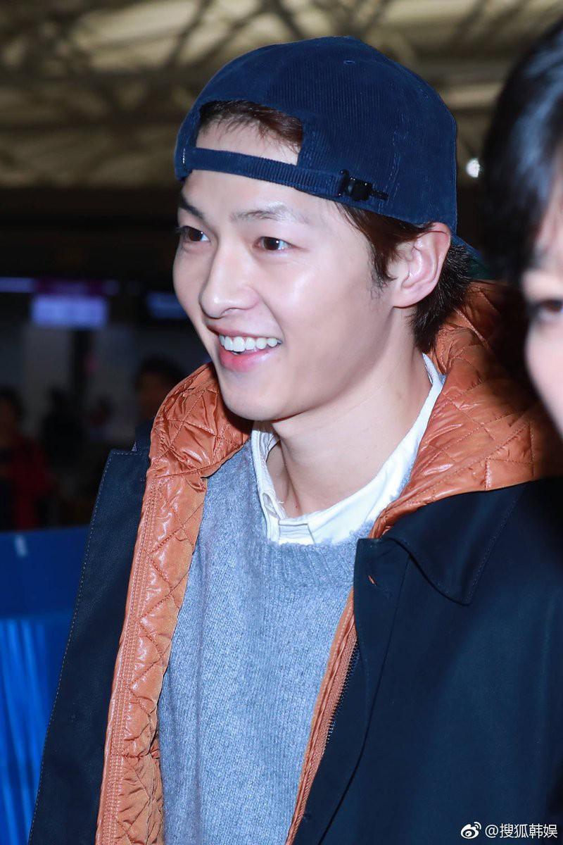Đây là biểu cảm của Song Joong Ki một ngày trước khi dính tin đồn ly hôn Song Hye Kyo vì ngoại tình