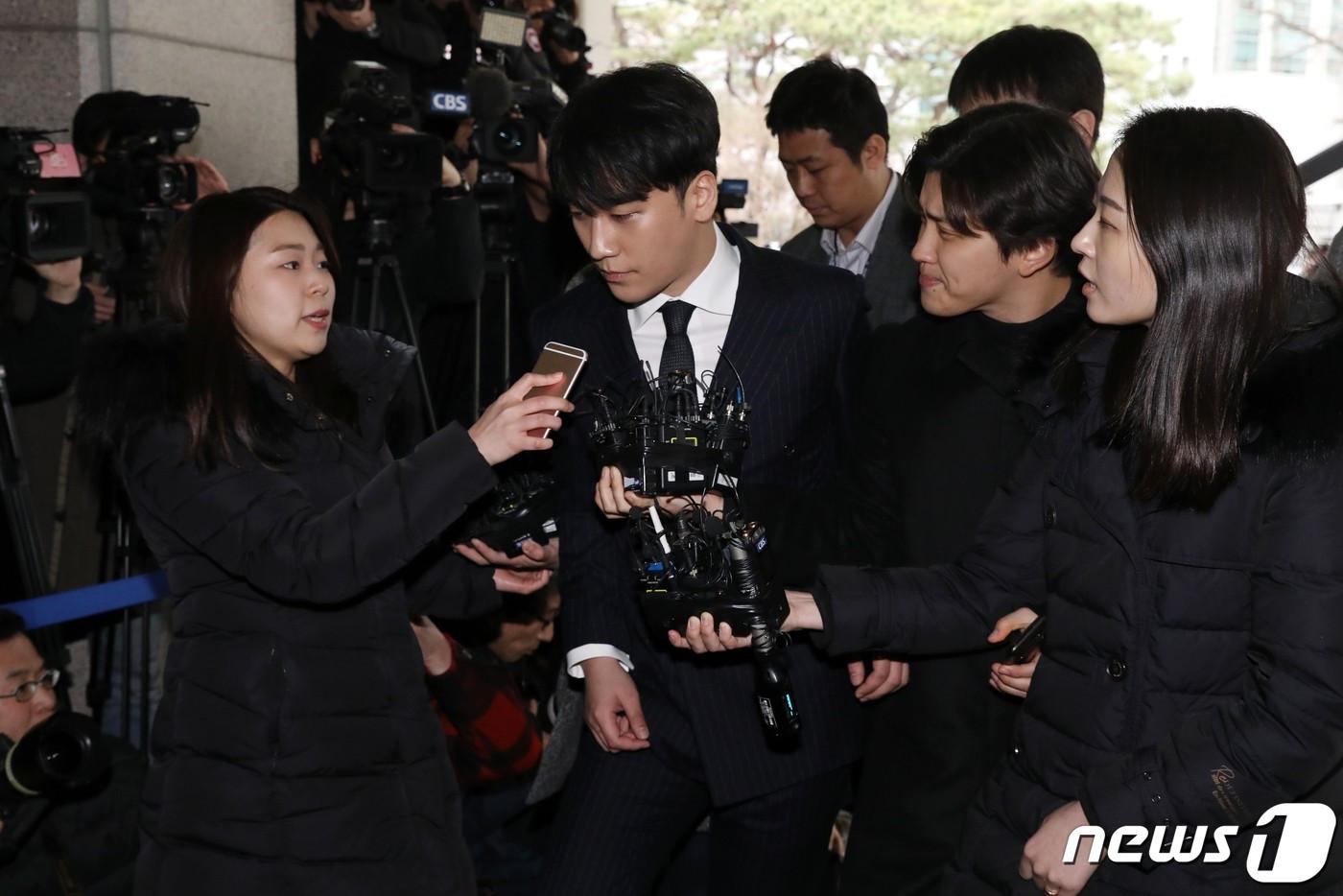 CLIP: Seungri trình diện tại đồn cảnh sát để thẩm vấn, khuôn mặt tiều tụy, nói lời xin lỗi đến các fan