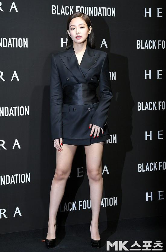 Lần đầu lộ diện sau tin đồn chấn động, Jennie (Black Pink) tươi tắn nhưng suýt hớ hênh vì váy quá ngắn