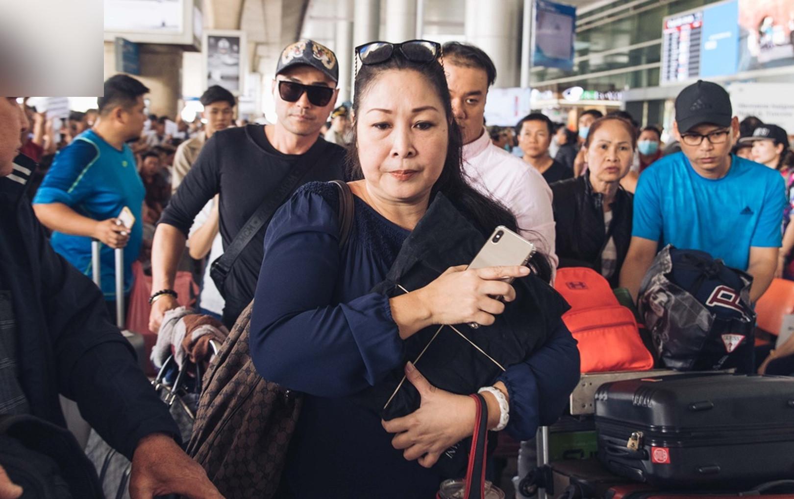 Hồng Vân thay mặt gia đình, lo tang sự cho cố nghệ sĩ Anh Vũ, khóc nghẹn tại sân bay