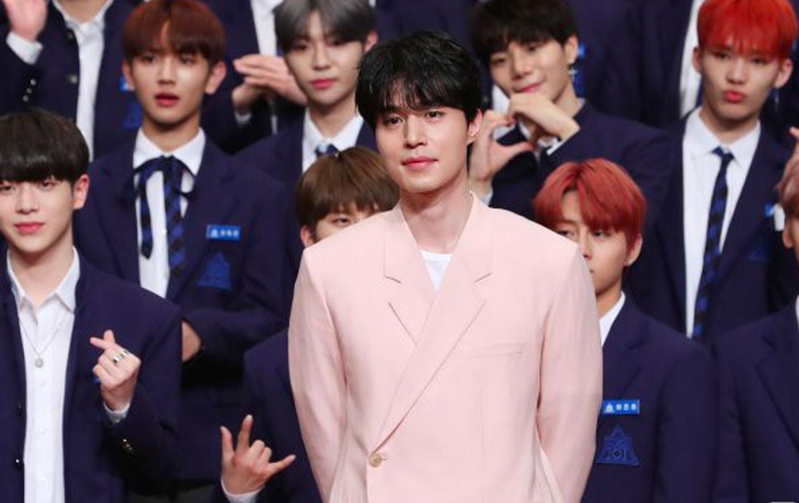 """Chỉ là đi làm host, Lee Dong Wook đã vô tình biến dàn mỹ nam """"Produce X 101"""" thành background cho mình"""