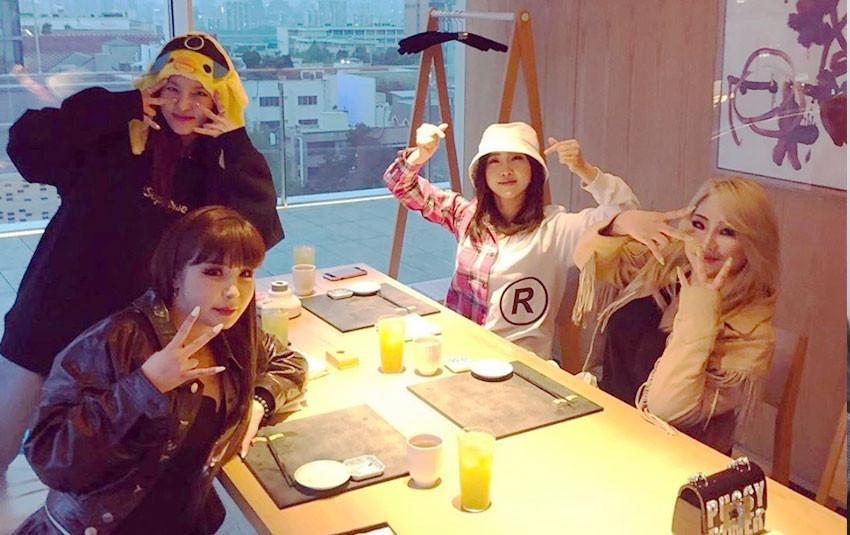 2NE1 gặp nhau và livestream kỉ niệm 10 năm ra mắt cùng fan, gia đình BlackJack vui buồn lẫn lộn
