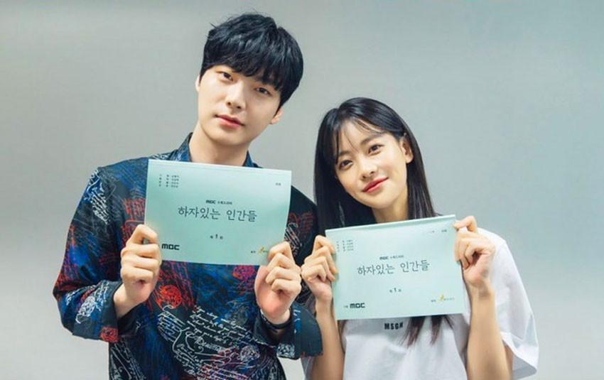 Hậu tin đồn ngoại tình với đối phương, Ahn Jae Hyun cười gượng gạo cùng Oh Yeon Seo quảng bá bộ phim mới