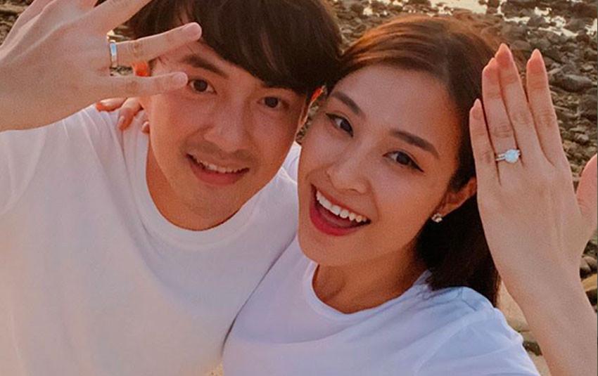 """Đông Nhi - Ông Cao Thắng tự cover dáng """"khoe nhẫn"""" huyền thoại, lần này là nhẫn cưới chính thức của cặp đôi"""