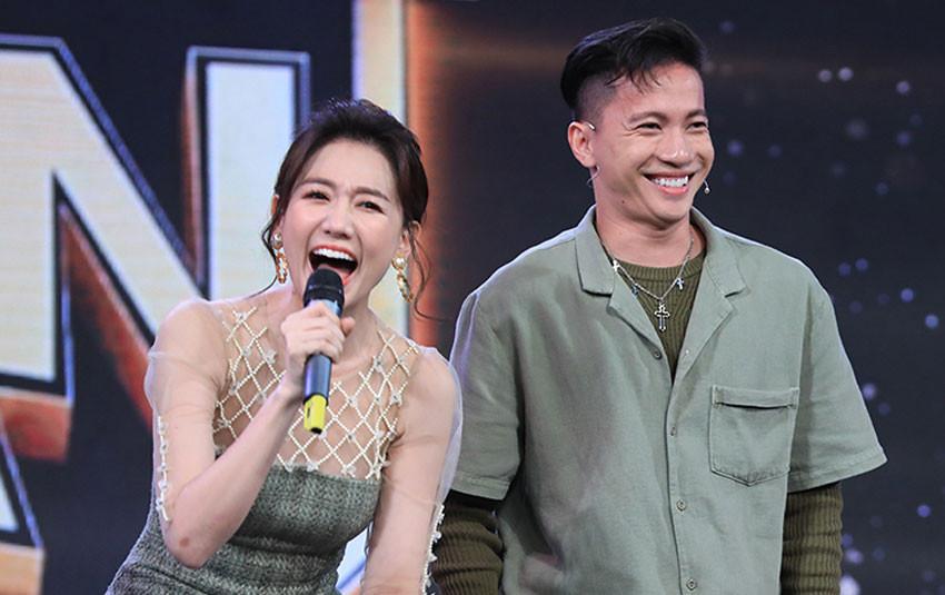 """Mặc đồ lạc tone với Hari Won, Trấn Thành ngậm ngùi nhìn vợ """"sánh đôi"""" cùng S.T Sơn Thạch"""