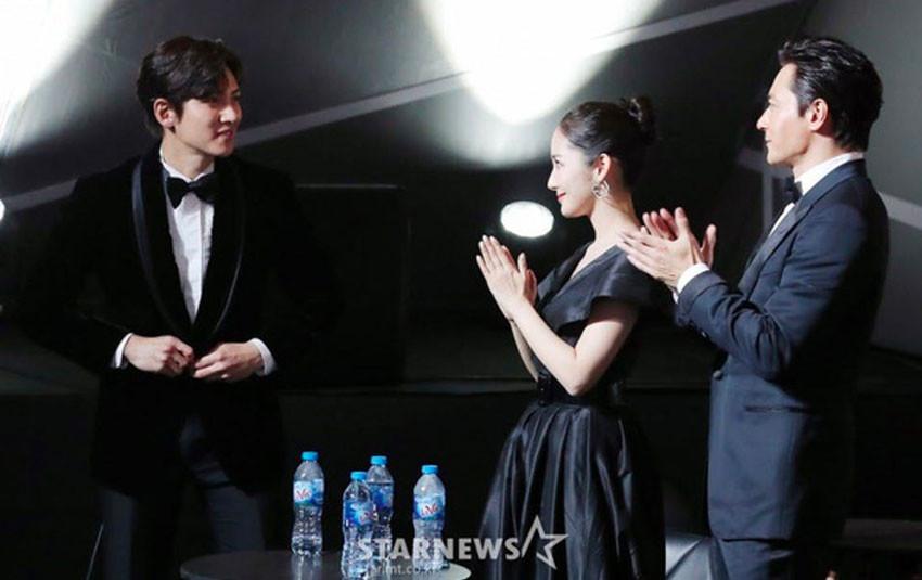 """Park Min Young bị fan bắt gặp nhìn """"người tình màn ảnh"""" Ji Chang Wook đắm đuối tại AAA 2019"""
