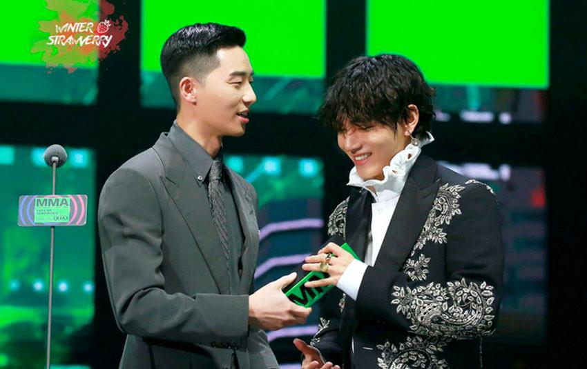 V (BTS) nhí nhảnh, nhảy chân sáo trên sân khấu MMA 2019 khi gặp người anh Park Seo Joon