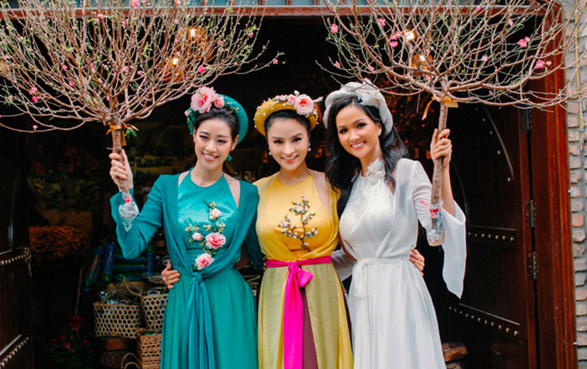 """Mừng năm mới, hoa hậu H'Hen Niê """"đọ sắc"""" cùng Khánh Vân trong trang phục áo tứ thân truyền thống"""