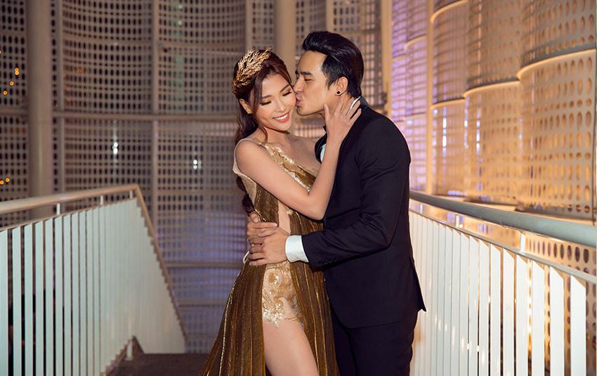 Lương Thế Thành hôn bà xã Thuý Diễm liên tục trên thảm đỏ sự kiện