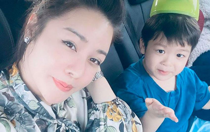 """Sau 2 năm mới được đi chơi với con trai, Nhật Kim Anh xúc động: """"Chỉ cần bên cục vàng của mẹ"""""""