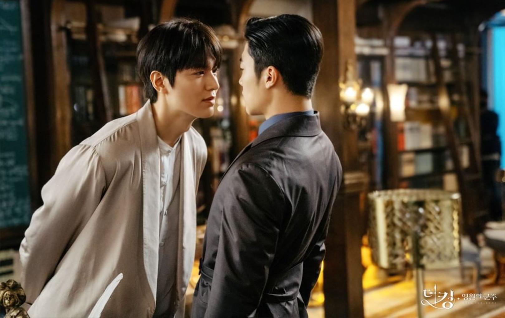 """Lee Min Ho như muốn """"ăn tươi nuốt sống"""" bạn diễn nam, khán giả đồng loạt đẩy thuyền vì chẳng khác gì đam mỹ"""