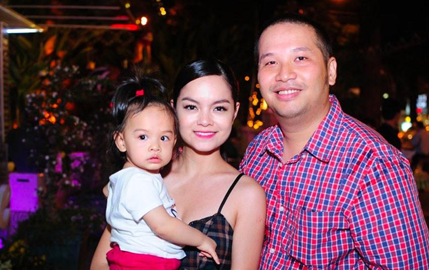 Dù đã ly hôn, Phạm Quỳnh Anh vẫn cùng gia đình Quang Huy thông báo cáo phó của bố đạo diễn