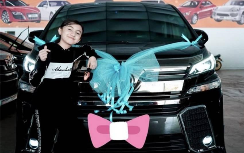 Vlogger 12 tuổi tự mua xe tiền tỷ nhờ thu nhập cực khủng từ YouTube khiến ai cũng trầm trồ