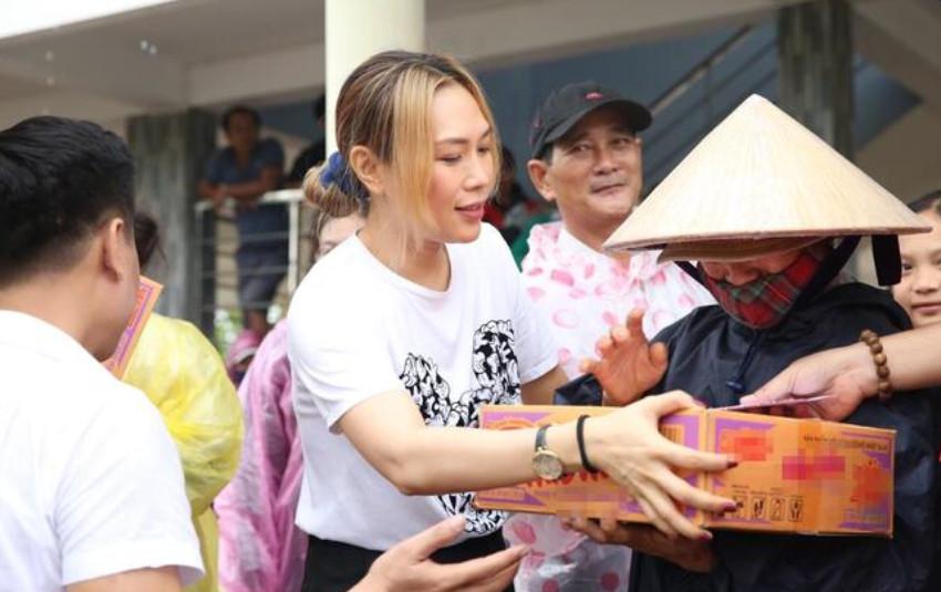 Mỹ Tâm khiến fan ấm lòng với hình ảnh cứu trợ đồng bào miền Trung sau lũ lụt