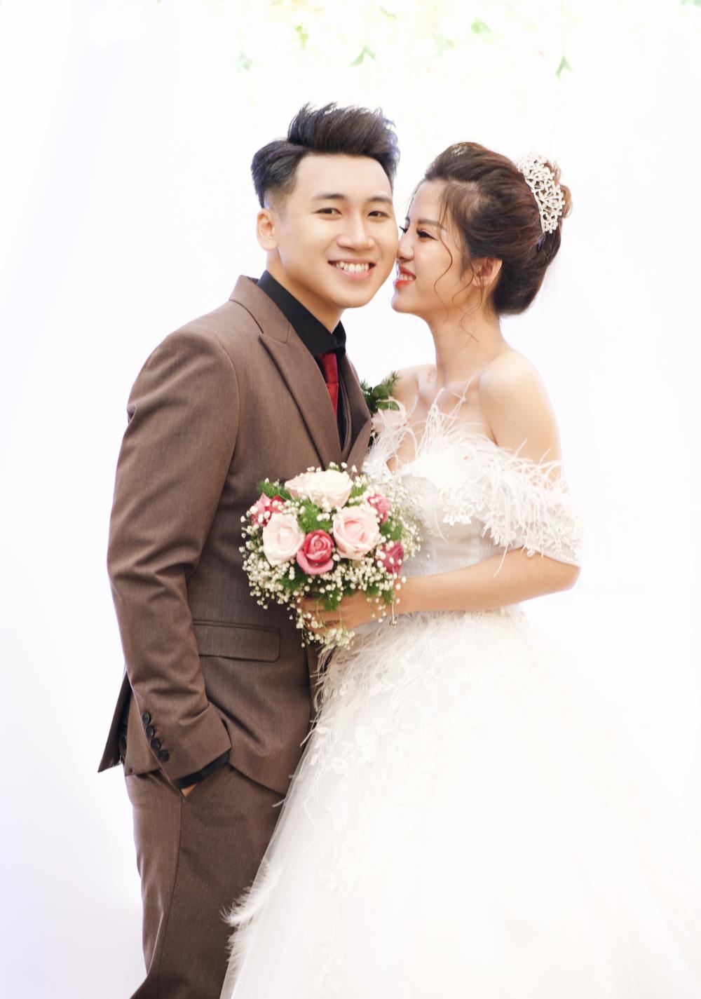 Vợ Vlogger Huy Cung bật khóc trong đám cưới với lý do bất ngờ