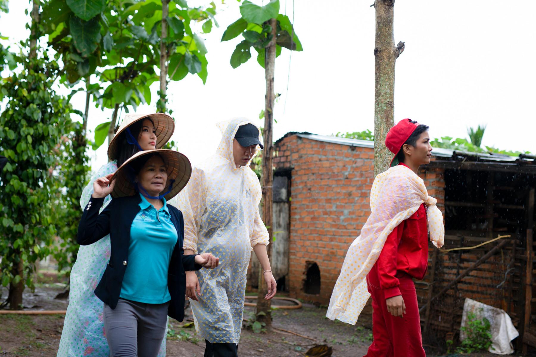 H'Hen Niê đầy khéo tay trổ tài nấu ăn chiêu đãi Hoàng Thùy tại quê nhà Đak Lak